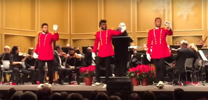 Cuando estos tres hombres subieron al escenario, nadie podía aguantar la risa con este curioso baile