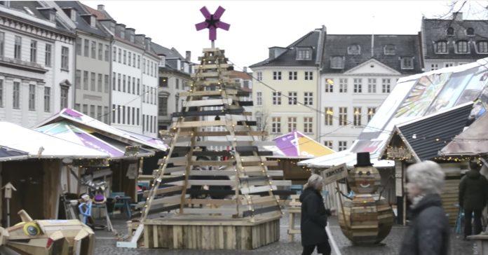 este pueblo taller danes esta completamente construido a partir de basura banner