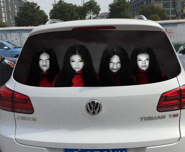 Los conductores han empezado a usar unos paneles realmente terroríficos para luchar contra las luces largas...