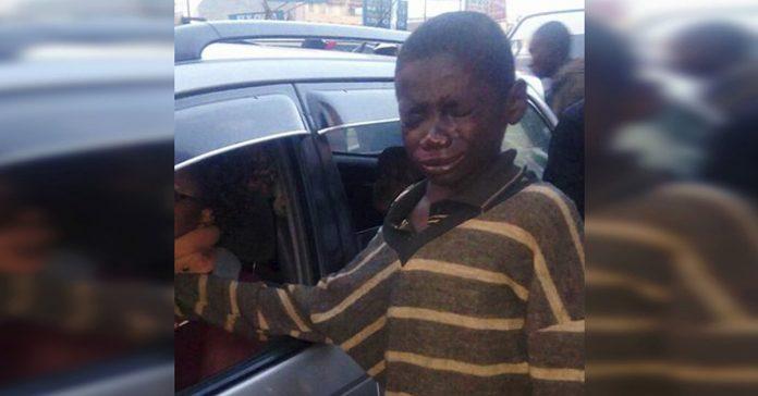 nino de la calle se acerca a un coche para pedir dinero banner