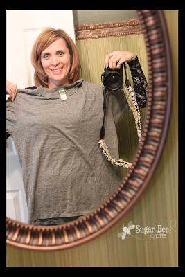 Una mujer se viraliza dando un giro una camiseta con unos cortes de tijera