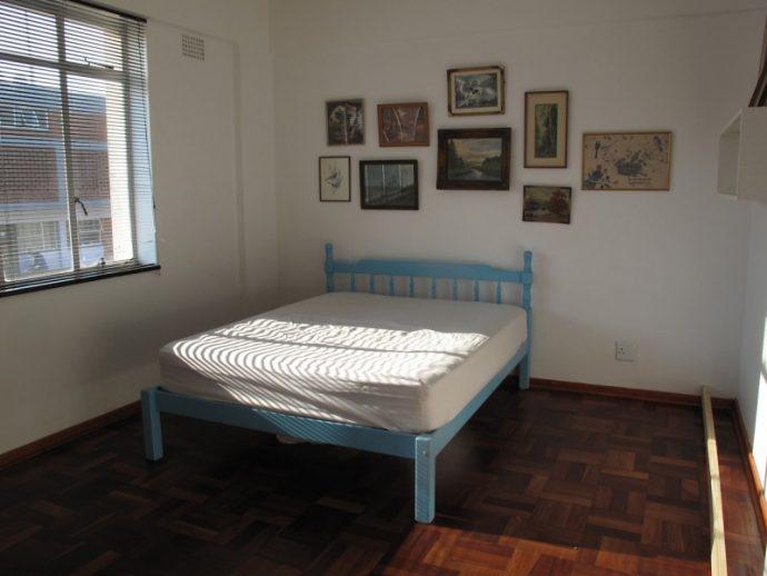 Una pareja se viraliza transformando la habitación más aburrida de su casa en 10 pasos