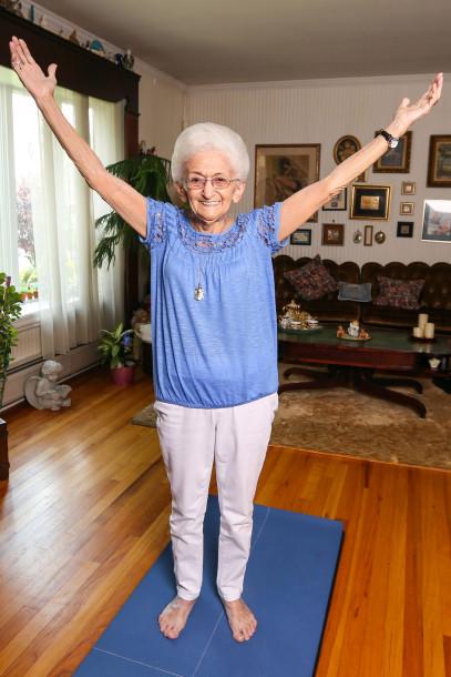 Después de vivir con escoliosis durante décadas, el yoga le cambió la vida