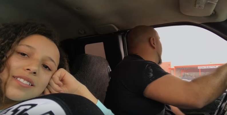 Esta adolescente grabó a su padre en el coche y todos se quedaron alucinados con lo que capturó