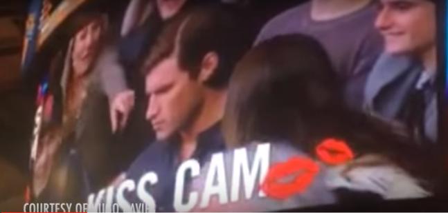 """Su pareja se niega a besarla en la """"Kiss Cam"""" así que ella decide besar al chico del otro lado"""