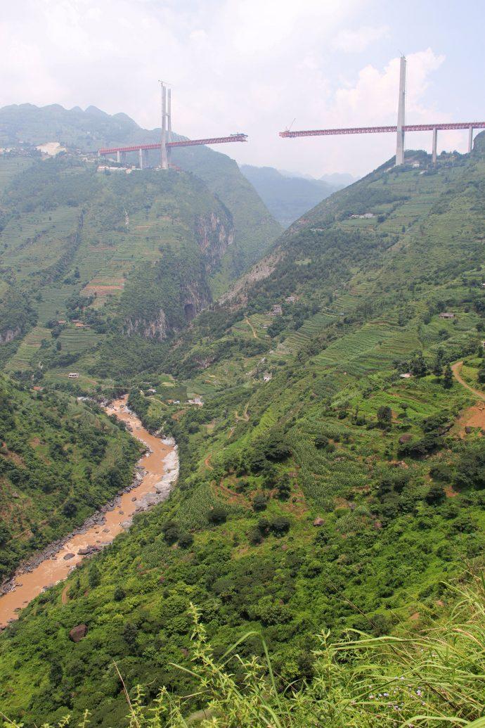 Se inaugura en China el puente más alto y aterrador del mundo