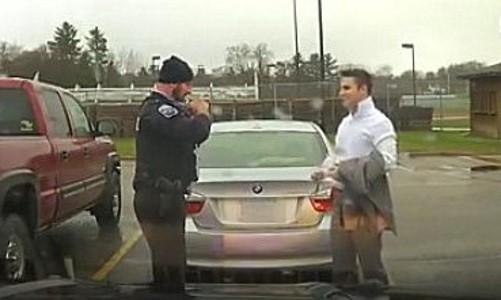 Un policía se acerca a un estudiante y éste le hace una petición inusual
