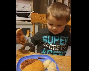 Este niño está convencido de que su madre le sirvió caca en un bocadillo para la cena