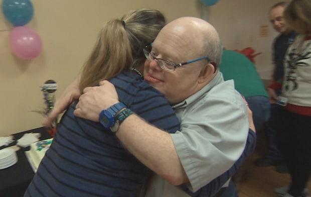 Después de 35 años, se retira de un trabajo que los médicos aseguraban que nunca podría tener