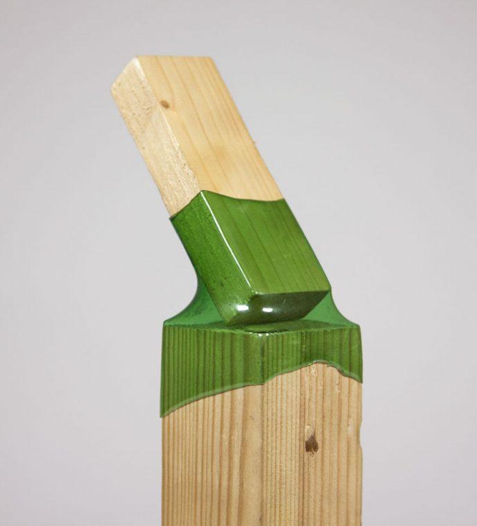Esta ingeniosa mujer está usando botellas de plástico para unir piezas de madera y crear muebles