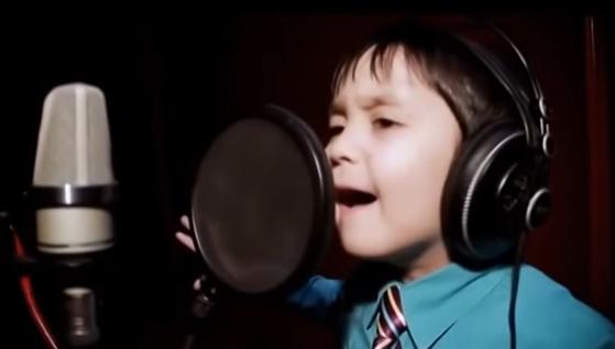 Este chico tiene sólo 4 años, pero canta Whitney Houston como un profesional