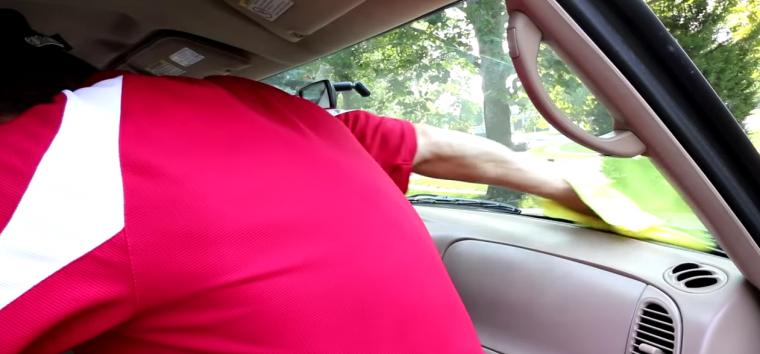 Cómo limpiar y dejar brillante el parabrisas de tu coche