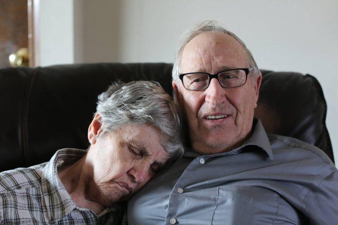 Esta señora siempre duerme con la mano sobre el pecho de su marido. Descubre la razón que ha hecho viral su extraña manía