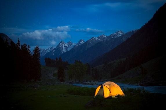 ¿Problemas para dormir? Unos investigadores afirman que la solución es ir de acampada