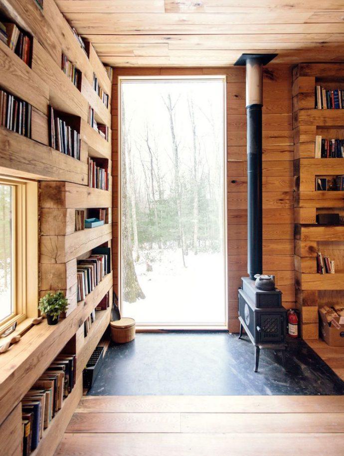 Una cabaña en medio del bosque con tu propia biblioteca, todo un sueño.