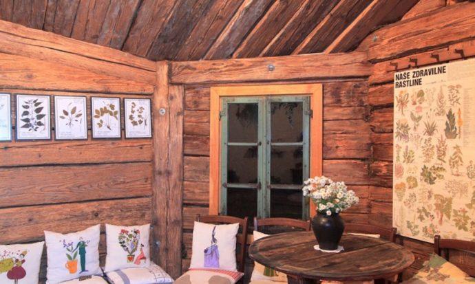 Una colina oculta una tetería con forma de casa hobbit en Eslovenia