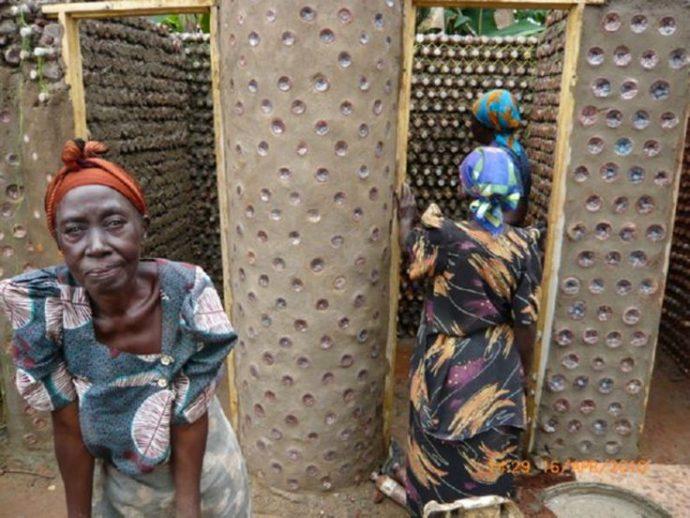 En Nigeria están apilando botellas de plástico por todas partes y la idea está arrasando