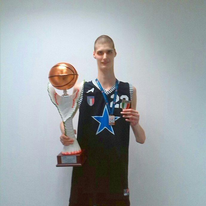 Dos metros treinta y uno, el jugador de baloncesto adolescente más alto del mundo