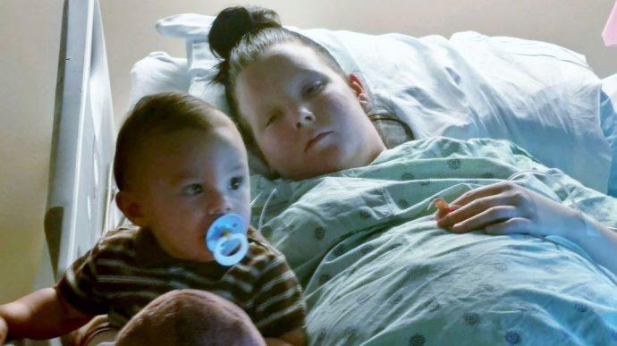 Este niño se salva de una caída mortal gracias a la increíble reacción de su madre