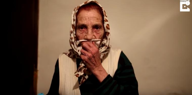 Esta señora cura cualquier molestia del ojo con sólo lamerte