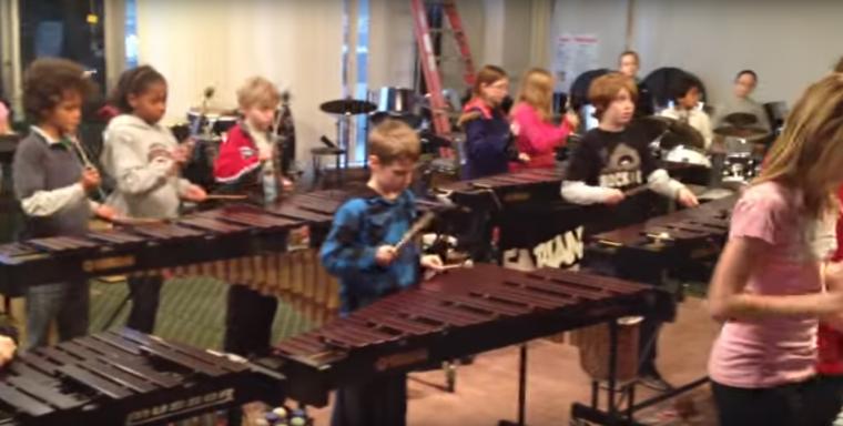 Este profesor de música les enseña a tocar una canción de heavy metal