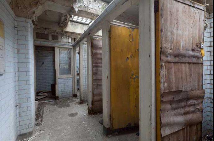 Transforman un baño público abandonado durante décadas en una vivienda con todo lujo de detalles