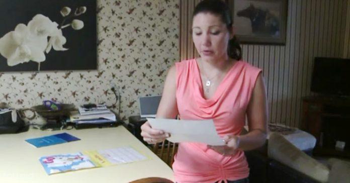 mujer recibe carta desconocido banner