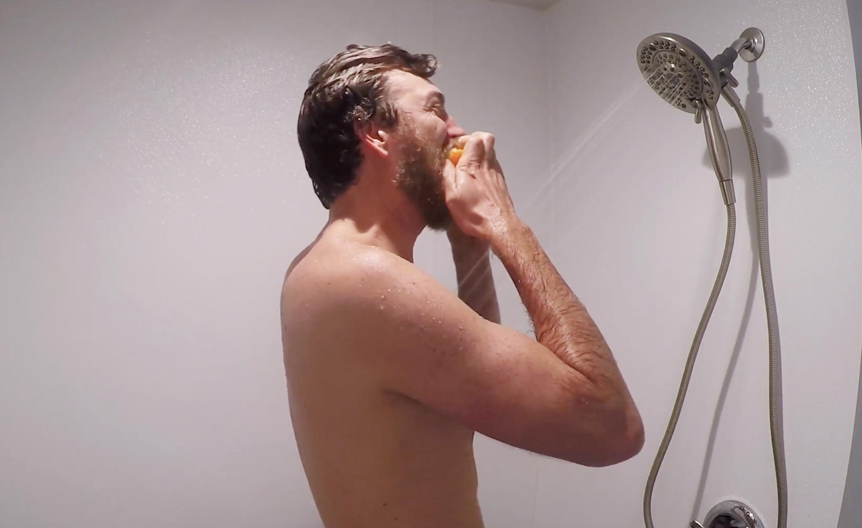 Comer una naranja en la ducha cada día te llena de energía y vitalidad