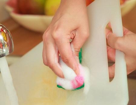 Cómo limpiar y eliminar bacterias de la tabla de cortar con limón y sal marina