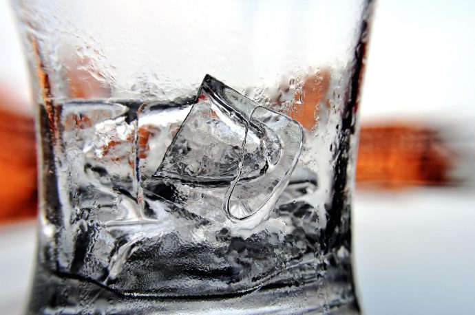 como hacer cubitos de hielo transparente en casa 1491285809