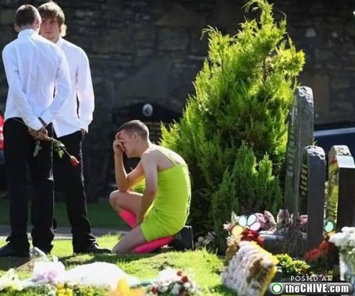 Berry: El joven que se hizo famoso por acudir al funeral de su mejor amigo vestido de mujer