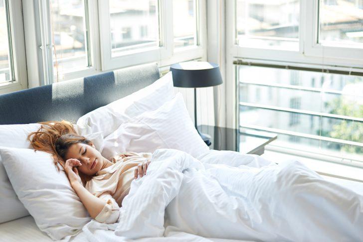 ¿Qué es más sano, dormir por el día o por la noche?
