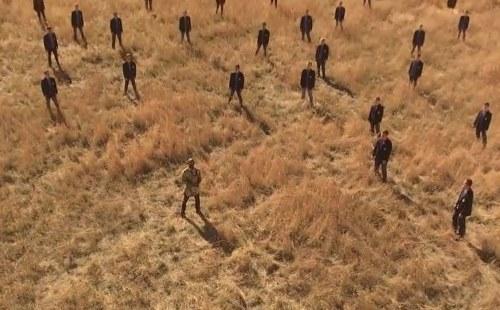 El hombre comienza a cantar solo en un campo vacío, y se unen a él para dejar a todos con escalofríos