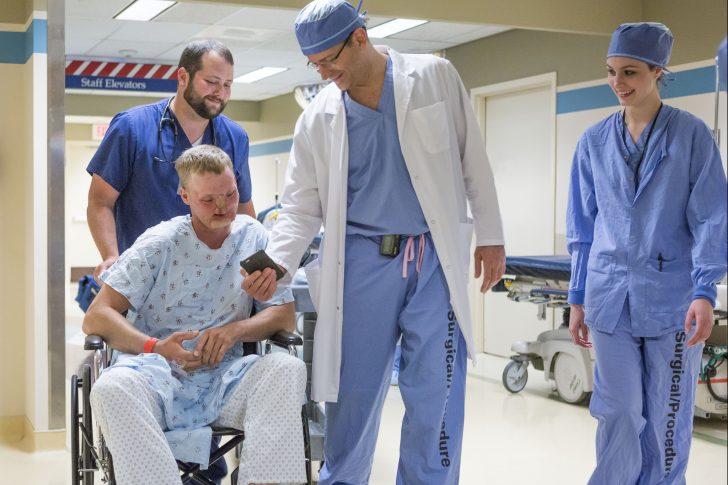Andy Sandness: El primer transplante completo de cara del mundo que se ha completado con éxito