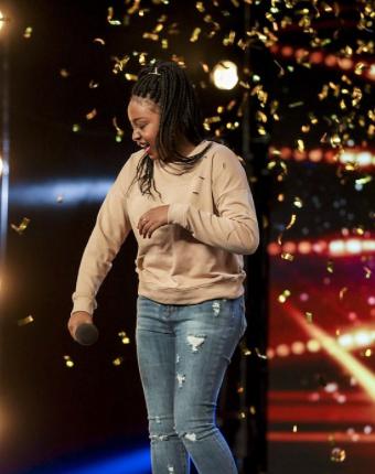 Esta cantante de 15 años elige una canción imposible de cantar, pero su increíble voz consigue que Simon Cowell pulse el botón de oro.