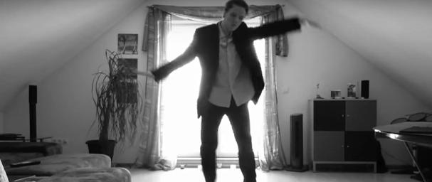 Este chico coloca una cámara y realiza un baile que ha dejado a todo el mundo entusiasmado