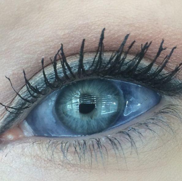 Esta mujer se tatuó los ojos de color y este es el resultado