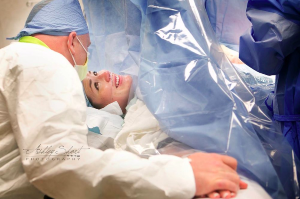 Increíbles fotografías que muestran perfectamente la fuerza de las madres en partos por cesárea