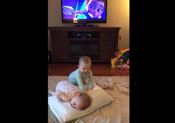 Estos bebés gemelos interpretan la escena de Frozen a la perfección