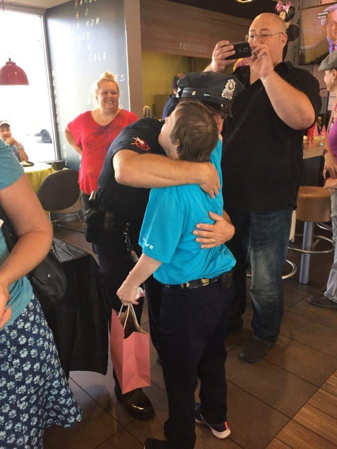 Una empleada del McDonald's recibió una emotiva despedida después de 32 años de trabajo