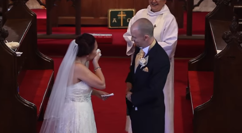 La novia estalla en lágrimas cuando el novio para la boda y le dice que se gire