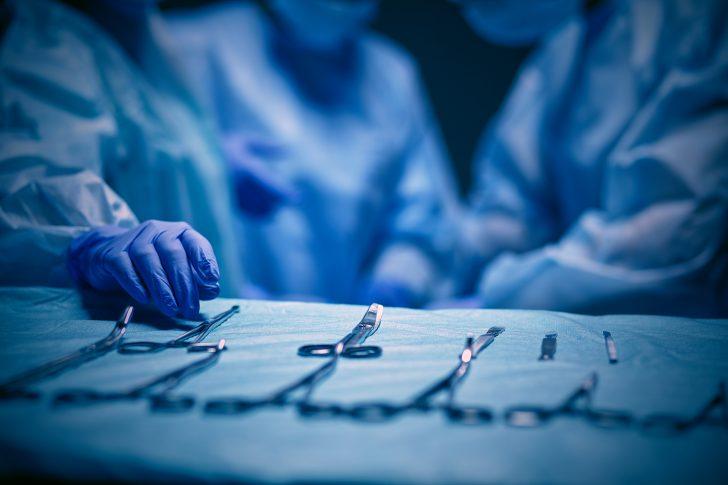 cirujano que pretende realizar el primer transplante de cabeza cose una segunda cabeza a una rata como experimento 03