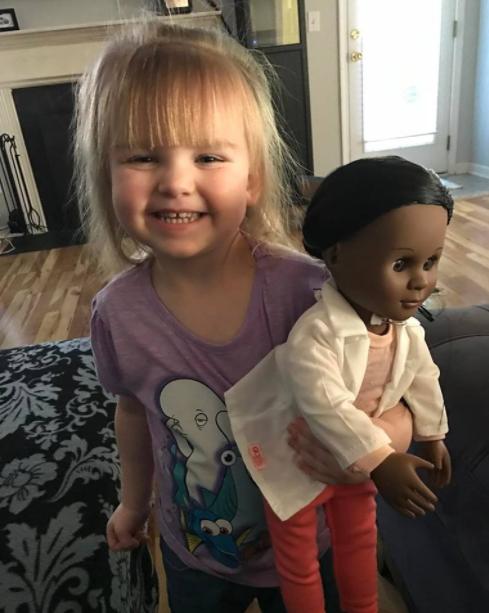 Esta niña calla a una dependienta que quiere que elija otra muñeca diferente