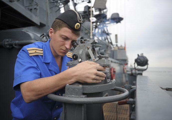 Este marinero buscaba una cama para pasar la noche y no creerás lo que hace por ella