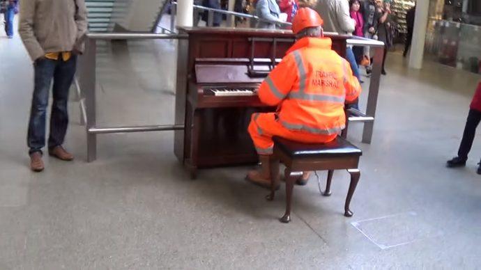 Este trabajador paraliza a los espectadores en la estación de tren cuando comienza a tocar jazz