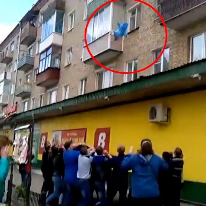 El padre salva a los niños de un incendio tirándolos por el balcón del piso