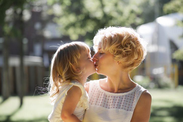 es correcto que los padres besen a sus hijos en los labios 01