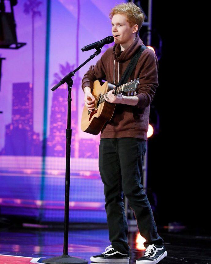 Este chico de 21 años compuso una canción de amor para bordarla, y lo consigue