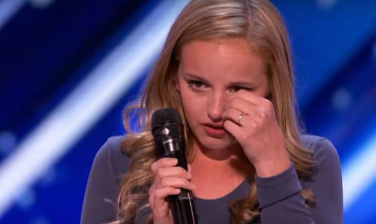 Este hermosa joven explica llorando el motivo de la elección de su canción, y al final tiene a todo el mundo a sus pies