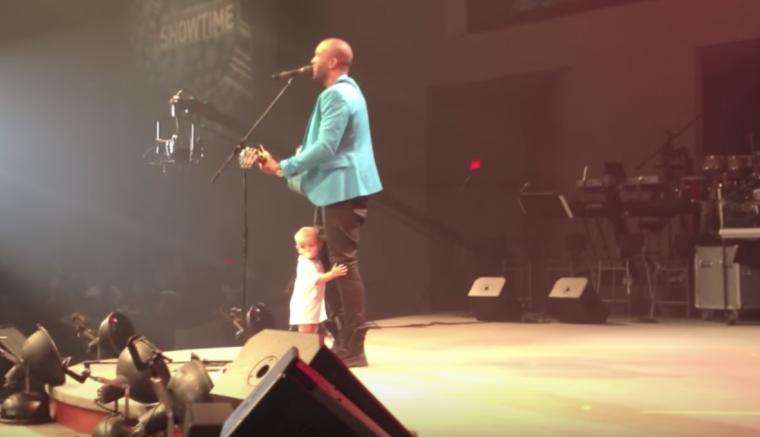 Un bebé se viraliza al interrumpir un concierto y robar el espectáculo